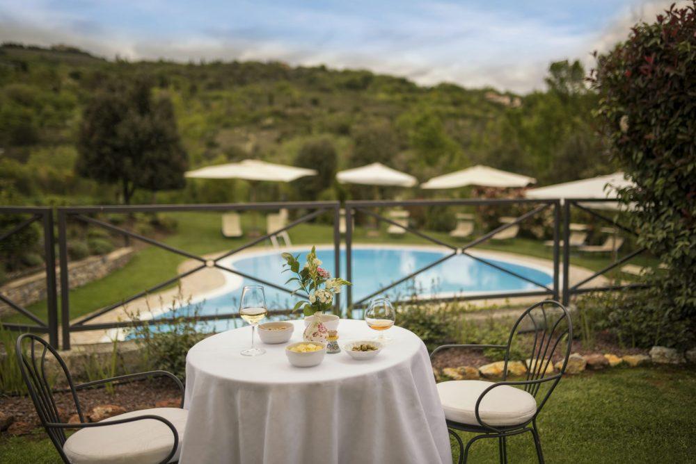 Hotel con piscina nella campagna toscana.