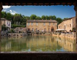 Vasca di acqua termale al centro di Bagno Vignoni