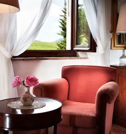 Hotel Relais Osteria dell'Orcia / gallery / Poltrona rossa