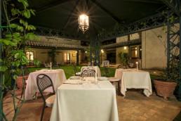 ristorante esterno illuminato di notte