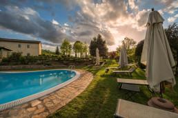 Relais-Osteria-dell-Orcia-piscina-benessere-al-tramonto